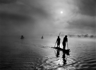 Sebastião Salgado, Pripadniki ljudstva Waura z območja zgornjega toka reke Xingu v brazilski zvezni državi Mato Grosso ribarijo v jezeru Piulaga nedaleč stran od domače vasi. Vzdolž zgornjega toka reke Xingu živi etnično raznoliko prebivalstvo / In the Upper Xingu region of Brazil's Mato Grosso state, a group of Waura fish in the Piulaga Lake near their village. The Upper Xingu Basin is home to an ethnically diverse population. Brazilija / Brazil, 2005. ©Sebastião Salgado. Amazonas Images